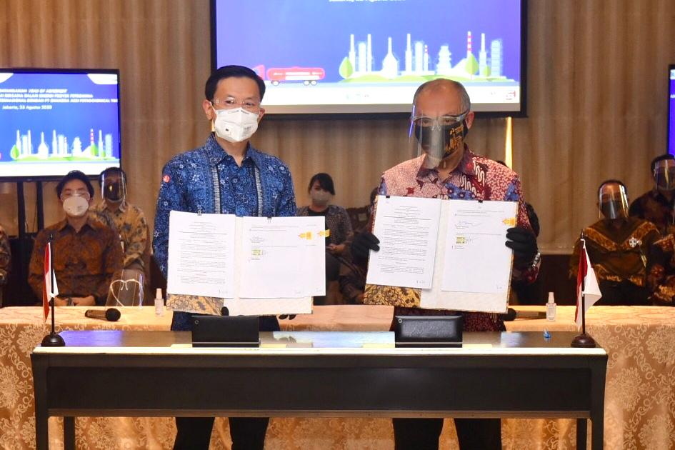 Presdir PT Candra Asri, Erwin Ciputra (Kiri); Dirut PT Kilang Petrokimia Indonesia, Ignatius Tallulembang (kanan)