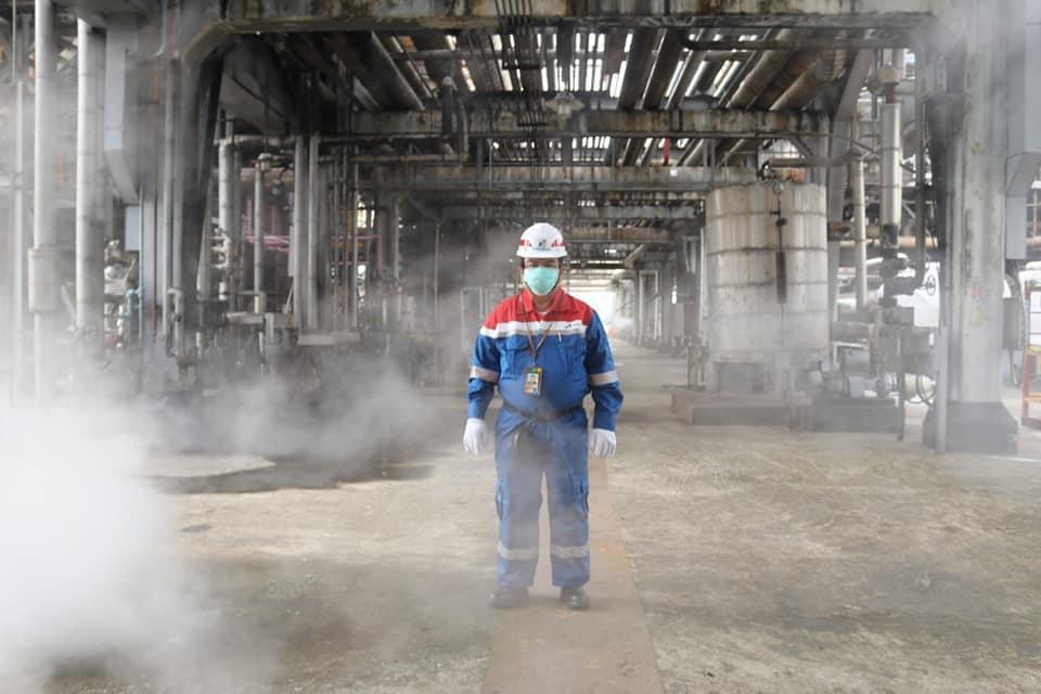 pejabat pertamina periksa kilang