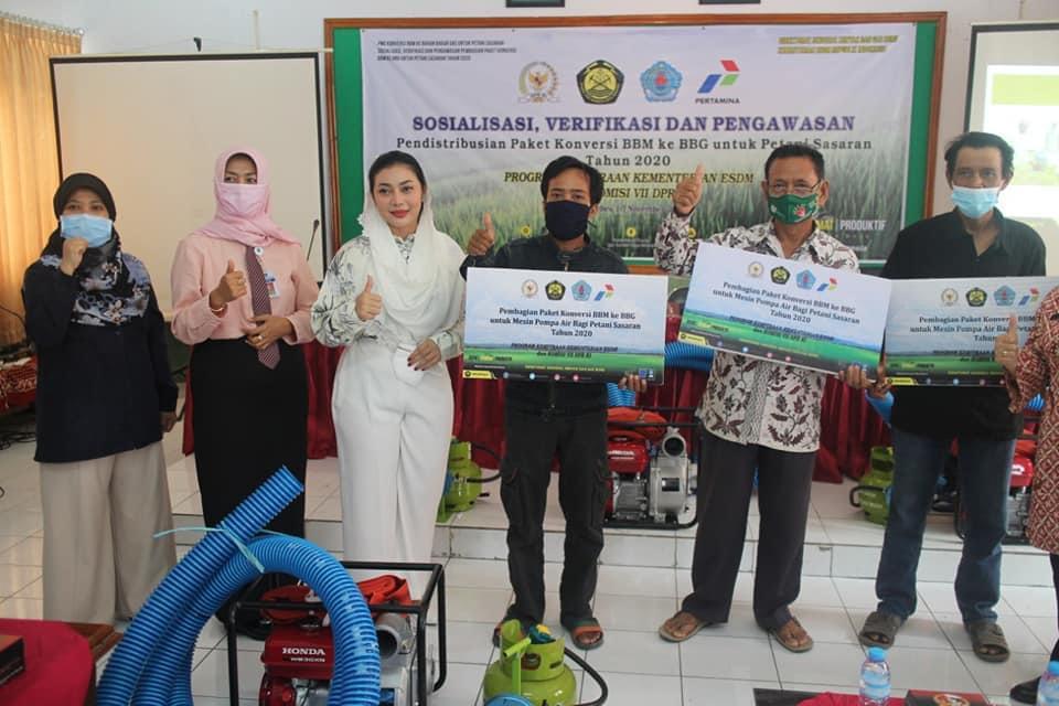 Pemerintah Bagikan Paket Konversi ke Petani Kabupaten Brebes